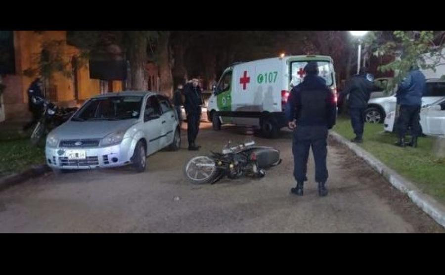Accidente de tránsito entre una motocicleta y un automóvil
